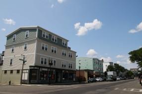 Abus Geschäft liegt am East Broadway, die Hauptstraße führt durch das Viertel South Boston. Früher lebten hier vor allem Arbeiter, heute reiht sich Biergarten an Café an Nagelstudio.